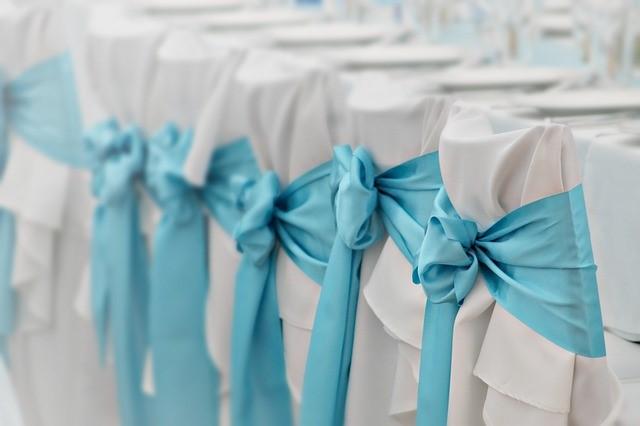 Ozdoby na ławki, pokrowce na krzesła i płatki róż na ślub