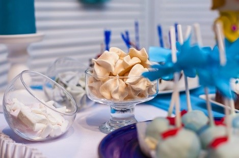 Szkło, patery i etykiety na słodki stół