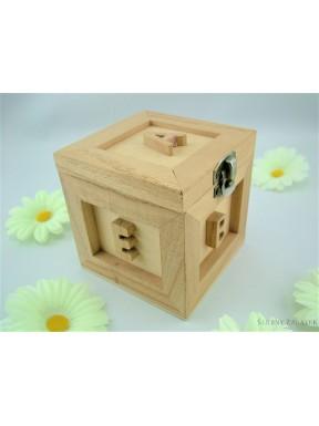 Drewniana szkatułka z literkami